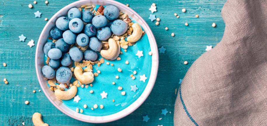 Smoothie bowl énergétique bleu magique